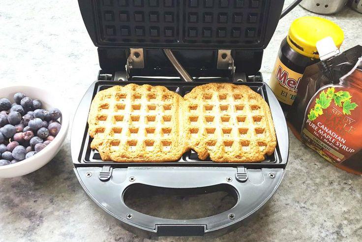 Continuando con la búsqueda de alimentos más saludables y la elaboración de recetas veganas, me propuse pensar alternativas para el desayuno que salieran del café con tostadas, aún cuando las tosta…