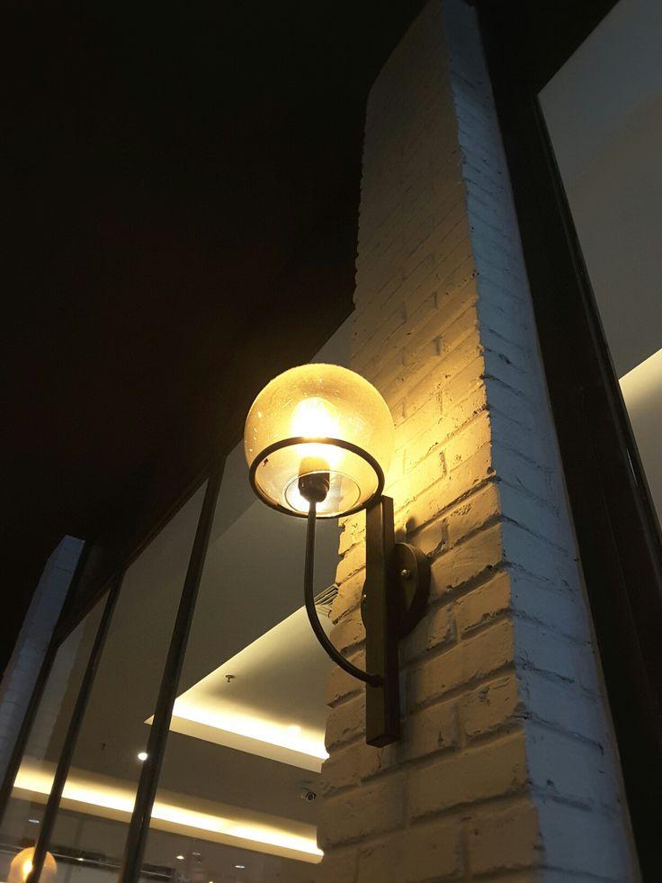Dibawah lampu pijar.