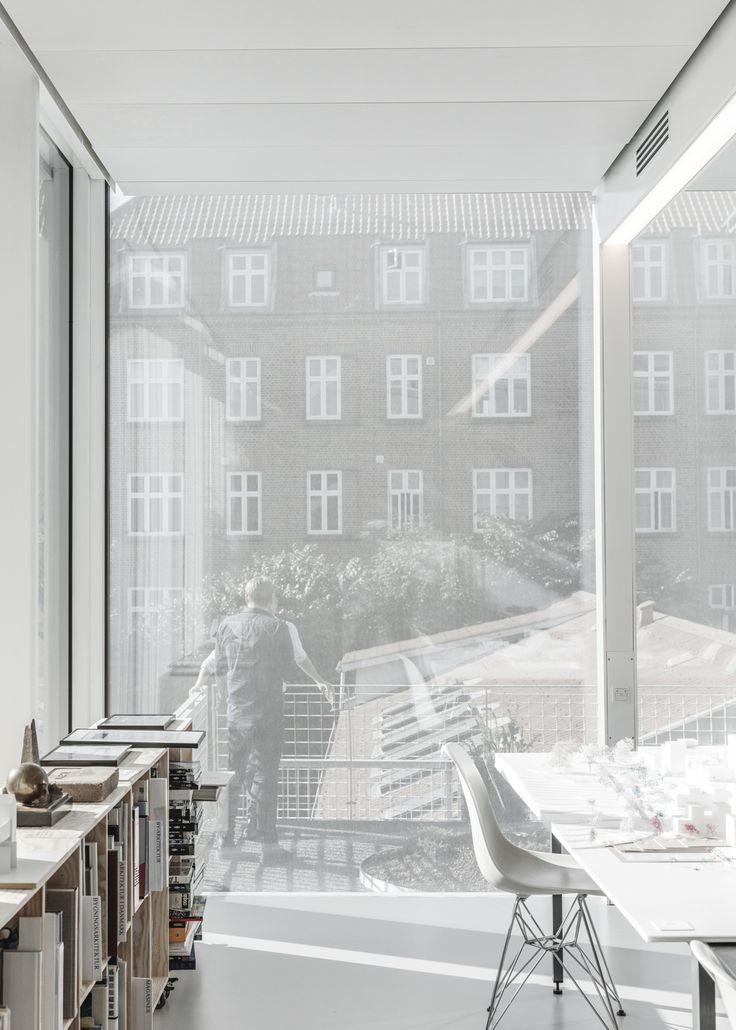 Risse im Beton - Bürohaus in Aarhus von SLETH