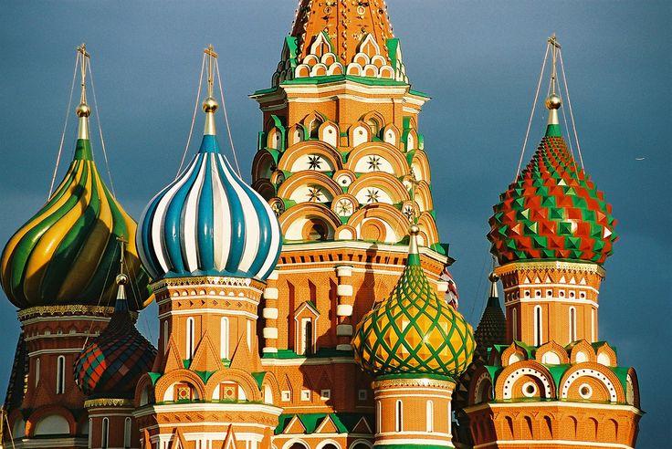 PRAWOSŁAWIE. Sobór bł. Wasyla w Moskwie (1550-1560). Charakterystyczna dla prawosławnej architektury kopuła cebulasta.