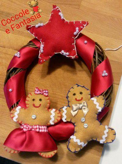 Ghirlanda fuori porta natalizia in legno con decorazione in pannolenci