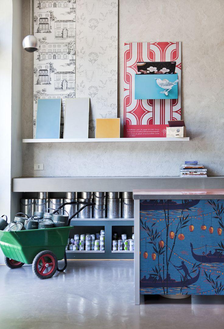 Angolino con esempi di carta da parati e alcuni barattoli #LittleGreene    http://www.bludiprussia.com https://www.facebook.com/BludiPrussiaPitture     #wallpaper #vernici #pitture