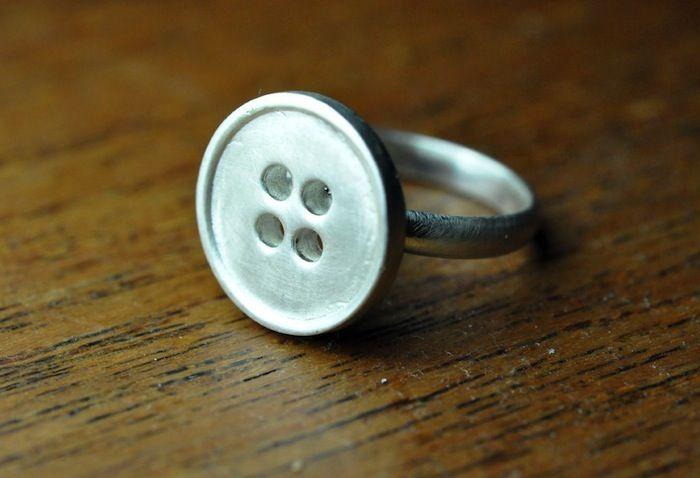L'anello di argento a forma di bottone