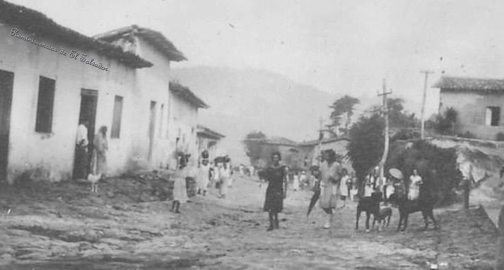 """1930, San Marcos. Uno de los diez municipios que conforma el Gran San Salvador, se encuentra ubicado entre el Cerro Amatepec o San Jacinto y el Soyatepec o Planes de Renderos.Su nombre autóctono """"Cutacuzcat"""" que en el idioma Nahuat significa """"Joya al Pie de la Montaña"""", proviene de la cuta,cuhtan montaña; y cuzcat, joya, alhaja,cuenta de collar (símbolo de riquezas o preseas)"""