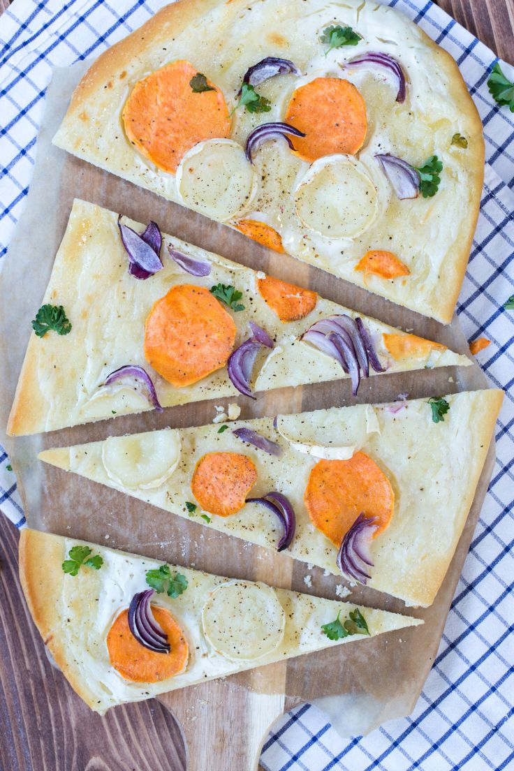 Flammkuchen mit Süßkartoffel und Ziegenkäse