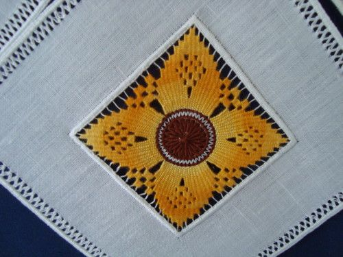 Traditionnellement, la broderie de Cilaos était blanche, mais de nos jours, les brodeuses de Cilaos brodent en couleur ... Mes achats en couleur (bleue évidemment...) En septembre 2012, un carré comme celui-ci (environ 13 cm x 13 cm) coutait 15 euros....