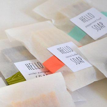 水分や油分に強いので食品以外にもいろんな物をラッピングできます!石鹸もベタつかずに包めますよ。