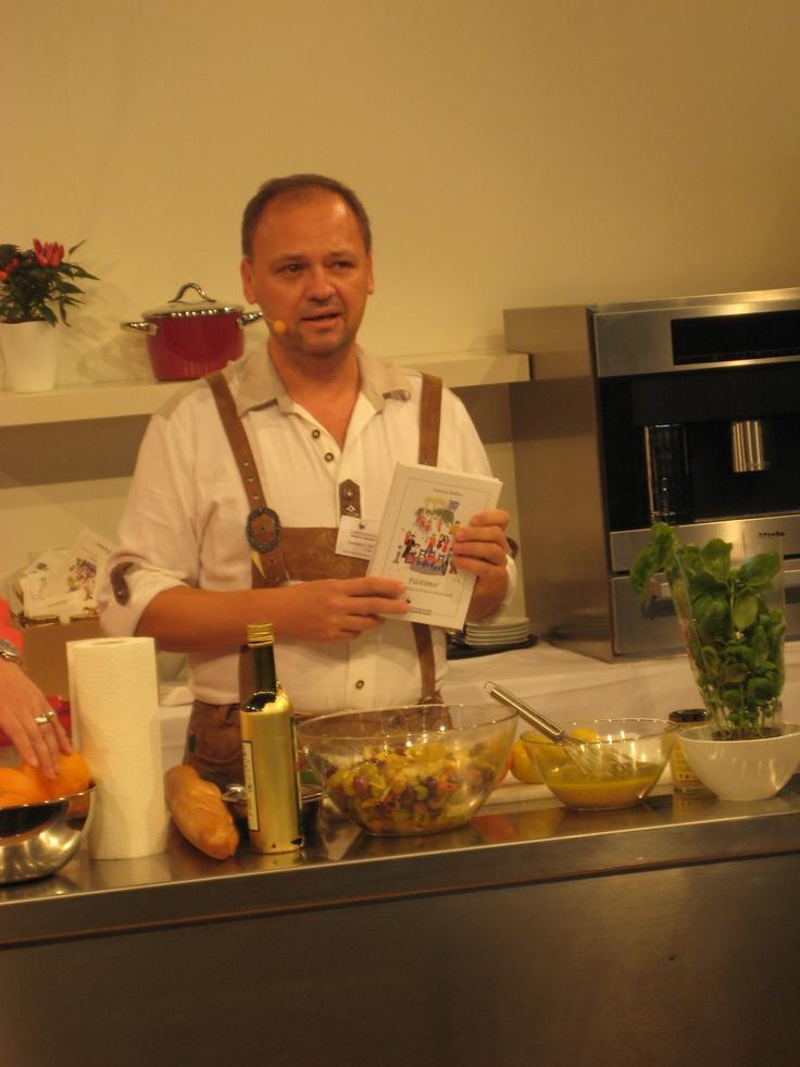 Verleger am Herd - Buchmesse Frankfurt 2012 - der Verleger kocht ein Rezept aus Filotimo.