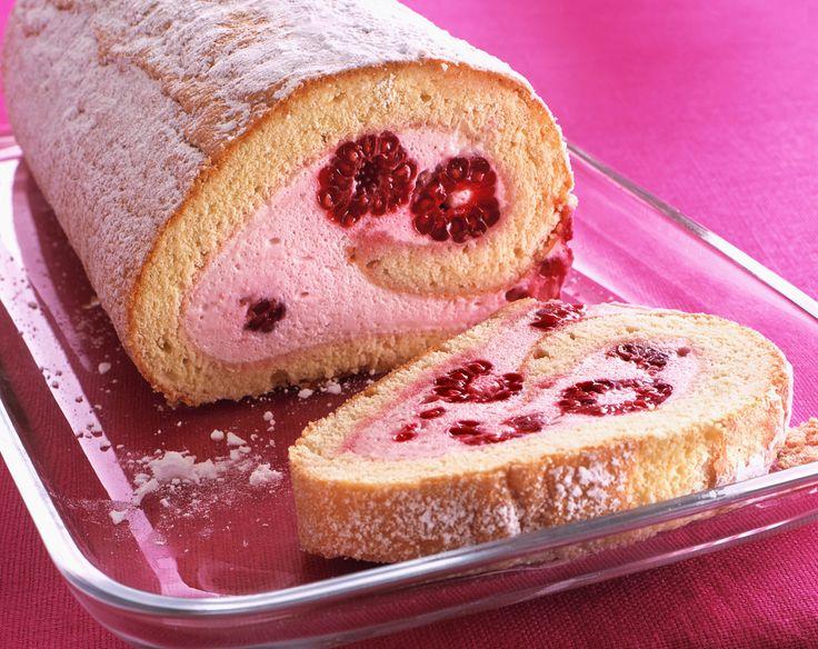 Biskuitrolle mit Himbeer-Creme | Kalorien: 200 Kcal - Zeit: 1 Std. | http://eatsmarter.de/rezepte/biskuitrolle-mit-himbeer-creme