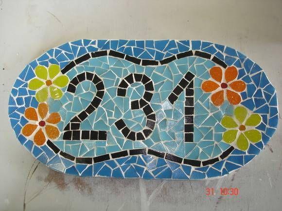 Número de mosaico com detalhes com flores. Pode ser confeccionado nas cores e tamanho que desejar. R$ 97,20