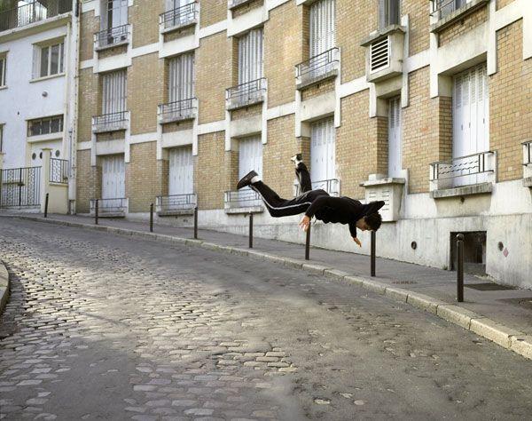 Une autre série photographique de Denis DARZACQ. Cette série s'intitule:  La chute