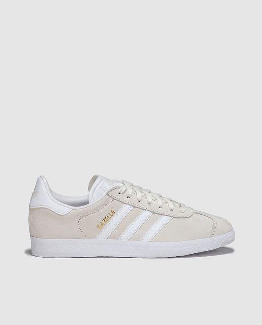 Zapatillas deportivas en color beige con rayas blancas y cierre de cordones, fiel reproducción de la Gazelle de 1991.