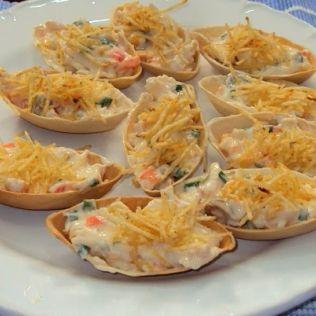 Barquete de Salpicão: Foto: HBlog Ingredientes: 1 pacote de barquetes assadas prontas 2 xícaras de frango cozido e desfiado 1 colher ...