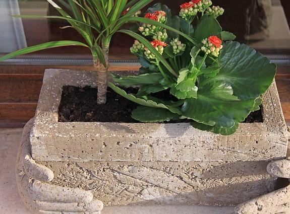 Si quieres dar a tu balcón un 'toque picapiedra', no dejes de probar la hypertufa. Un compuesto de cemento, perlita, turba y agua con el que podrás explorar los límites de tu creatividad