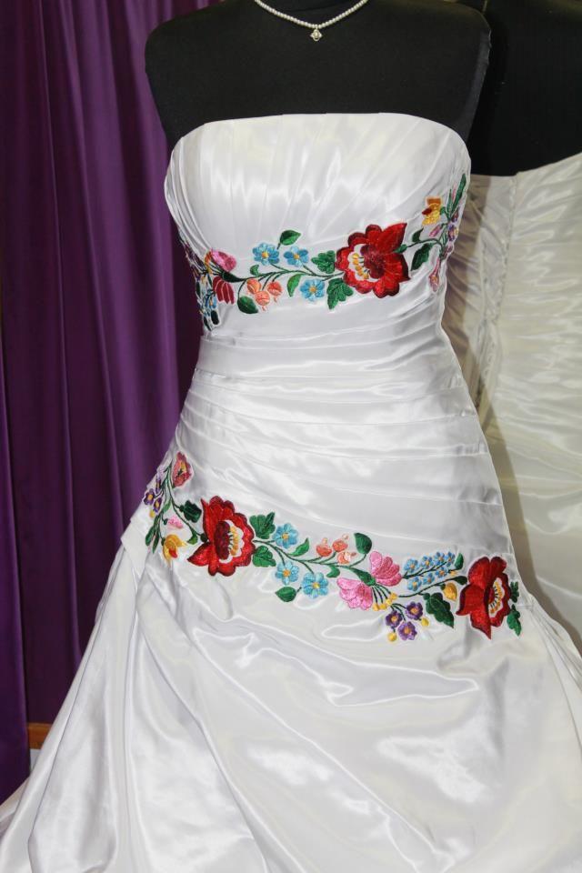 A szépséges kalocsai mintával hímeztem ezt a menyasszonyi ruha díszítő sávját.