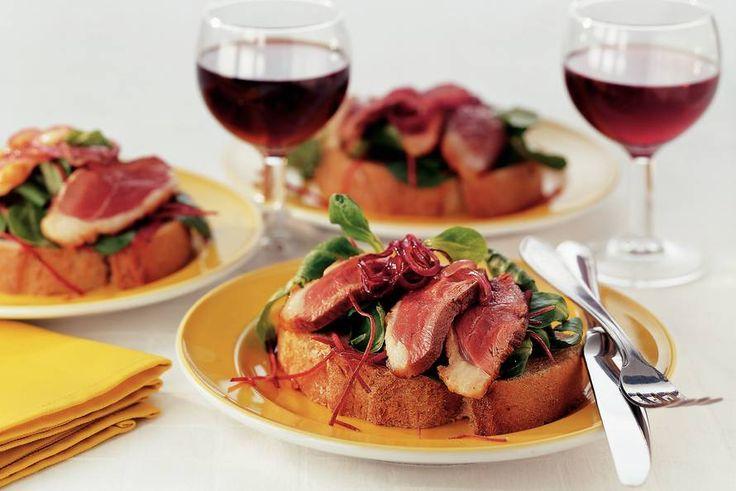 Kijk wat een lekker recept ik heb gevonden op Allerhande! Open sandwich met eendenborst en rode-uienmarmelade