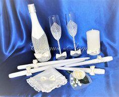 Набор аксессуаров для свадьбы и венчания. Длинные тонкие венчальные свечи, лучины для мам и большая свеча для молооженов. А также в наборе представлены бокалы с ручной росписью и шампанское, украшенное в стиле свечей и бокалов. Цвет айвори. Вы можете заказать подобный набор в любом цвете и комплектации.