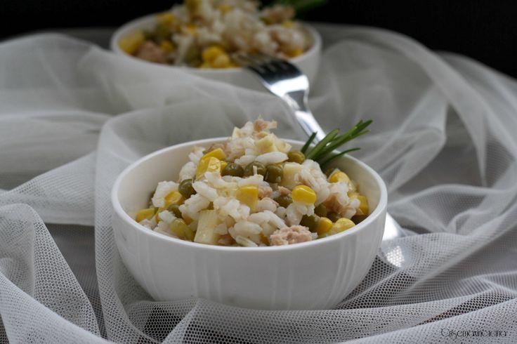 l'insalata di riso tonno e piselli un primo piatto ideale per la stagione estiva, dal sapore fresco e sfizioso, perfetto per tutta la famiglia