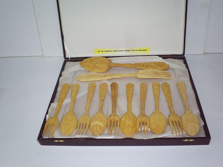 juego de cucharasy tenedor talladas en madera de BOJ,considerado el marfil de las maderas.Valorado 600 eros.