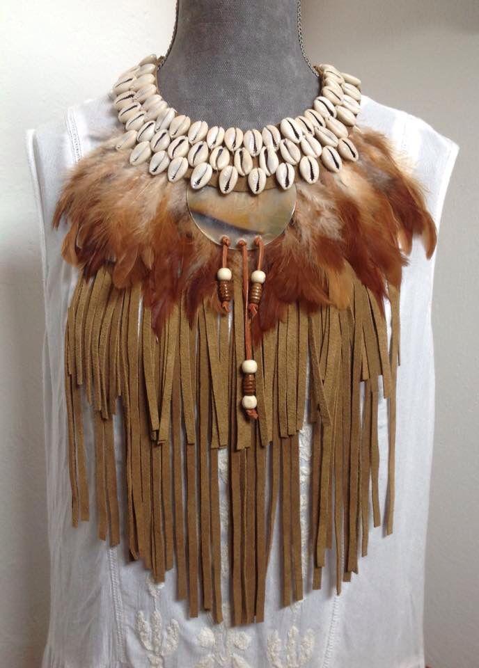 Collar pechera de conchas, plumas y flecos de piel