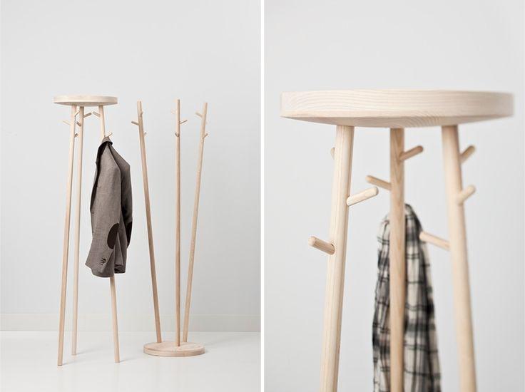 De Trendy Kapstokken; Casacando Twist staande kapstok is design met een knipoog. Het gebruik van fraaie houtsoorten geeft deze kapstok een warme uitstraling. Twist verrijkt de entree van een woning of zorgt in ontvangstruimten of op de werkplek voor een ontspannen, huiselijke sfeer. Twist biedt plaats aan negen jassen en is leverbaar in twee uitvoeringen.