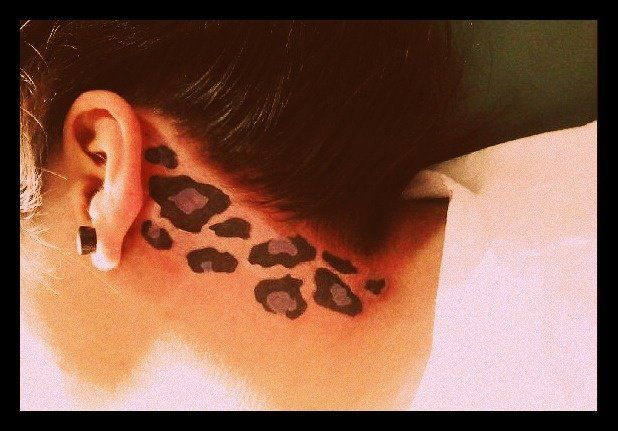 Leopard print on the neck. Nice placement, good idea for my leopard print tattoo