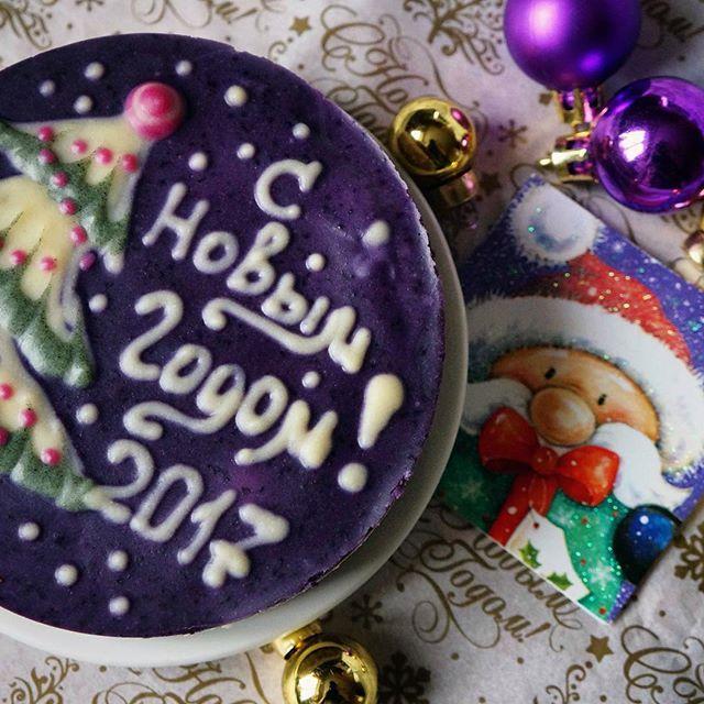 Новогодний тортик!!🌲🎉заказать тортик к празднику можно по тел 8-916-913-63-08. Торты без сахара, без муки, raw, без продуктов животного происхождения. Состав этого тортика: финик, миндаль, какао масло, черника, кешью, сироп топинамбура, ваниль,кокосовая стружка . С наступающим!!! #черничныйторт #торт #безсахара #безмуки #се #сыроедение #сыроедныйторт #raw #rawfood #rawvegan