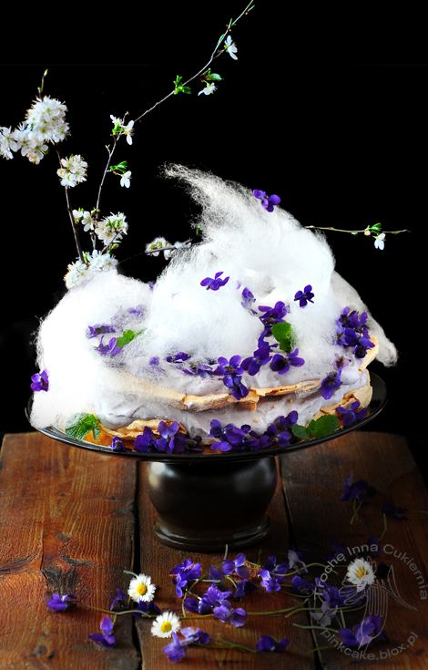 Tort z wietrzyka w księżycowym blasku, czyli tort bezowy z kremem lawendowym, fiołkami otulony watą cukrową. Wild violets and lavender meringue cake with candy-floss.