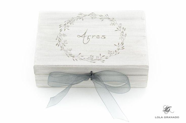 #Caja de #madera porta #arras #boda Víctor y Cristina, pintada a mano. www.lolagranado.com