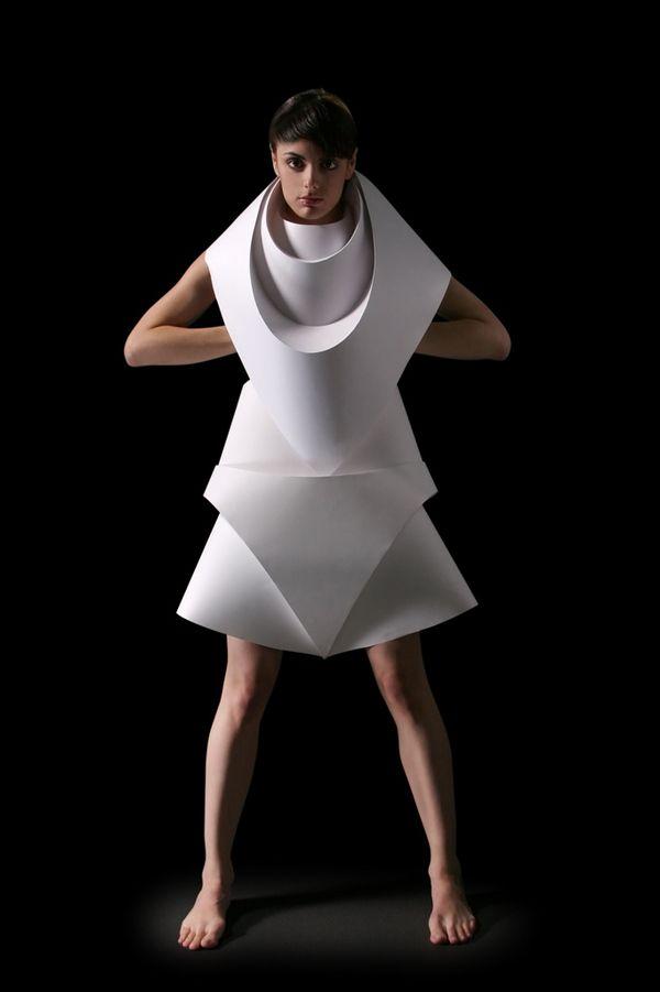 Estudio de la volumetría corporal y las tipologías fememninas con papel y figuras geométricas, a través del plegado #plegado #origami