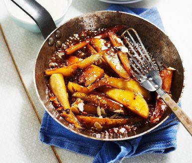 En himmelsk efterrätt som är enkel att laga och blandar olika konsistenser. Päronen skivas och steks tillsammans med råsocker. Mandelspånen bidrar med krispighet och den krämiga vaniljcrèmen knyter ihop desserten fint.