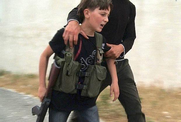 Siria, quell'immagine di un bambino soldato che spiega più di mille parole - Corriere.it