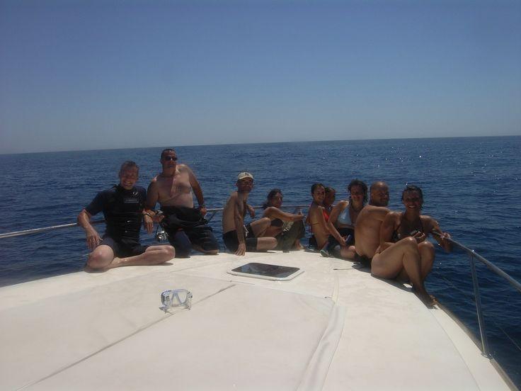 """L'avant du bateau """"Cala Rossa"""" pour observer les dauphins avant de se mettre à l'eau pour nager avec eux"""