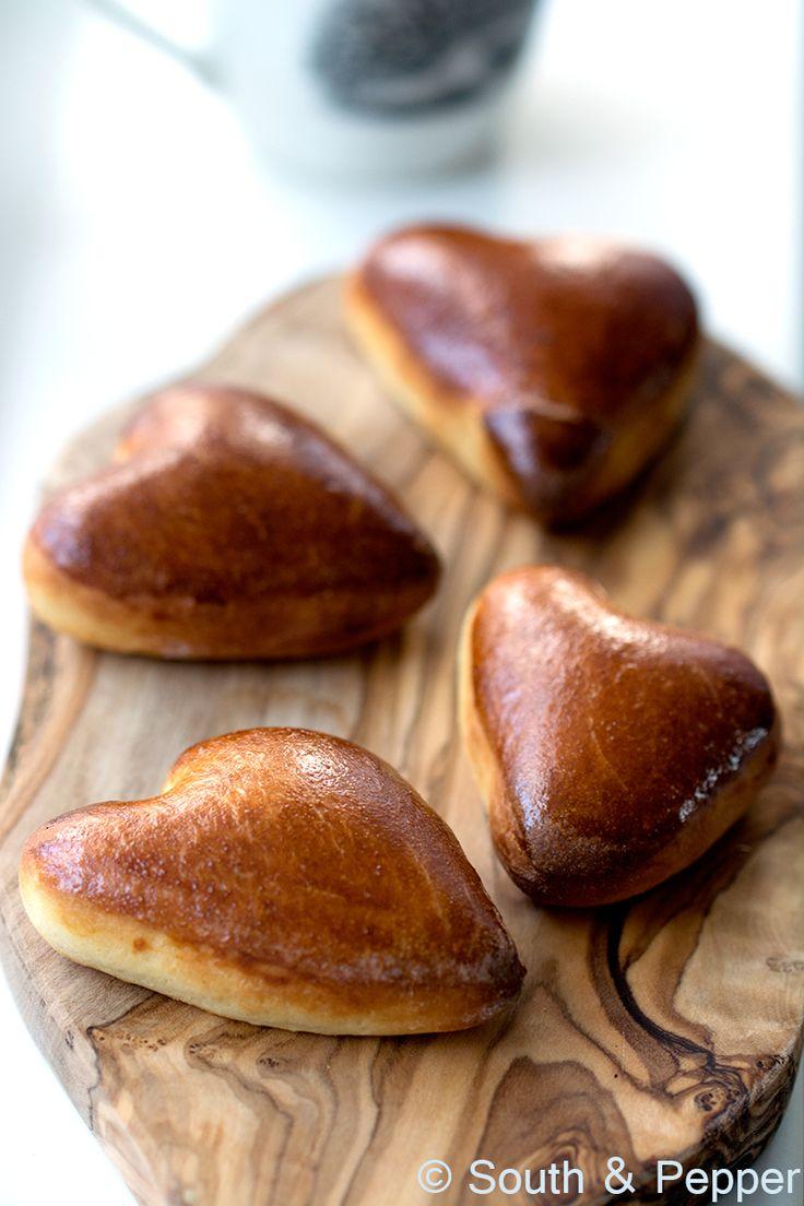 Verwarm de oven voor op 225°C.  Bestrijk de vormpjes met het losgeklopt ei en zet de bakplaat 8 minuten op 225°C in het midden van de oven. Laat de klaaskoeken afkoelen op een rooster. Serveer ze eventueel met een lekker kopje warme chocolademelk!