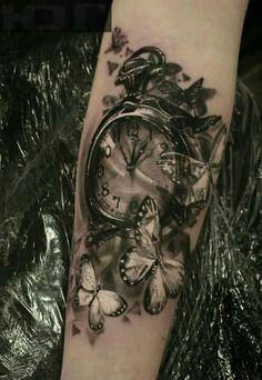 Tatouage noir et blanc bras - composition horloge (montre à gousset ) et envol de papillons