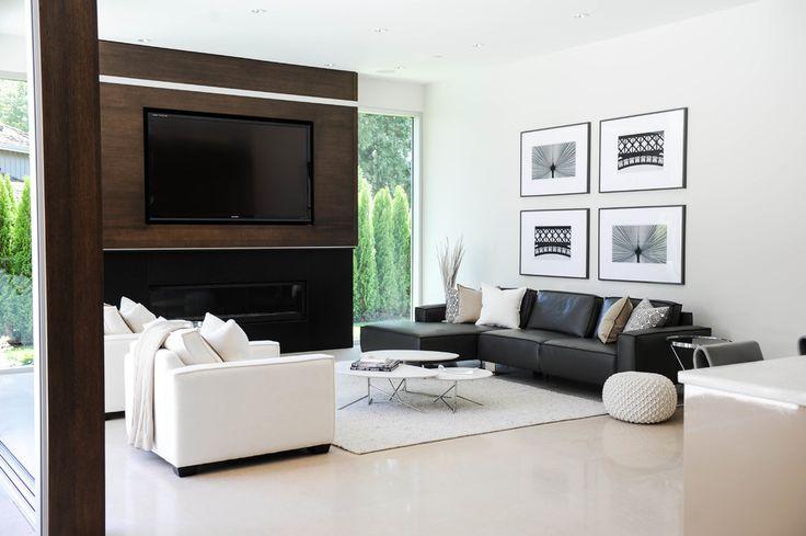 Дизайн черно-белой гостиной: 40 вдохновляющих идей элегантного монохрома http://happymodern.ru/dizajn-cherno-beloj-gostinoj-44-foto-osobennosti-i-glavnye-pravila-oformleniya/ Симметричное расположение черного и белого дивана в светлой просторной гостиной