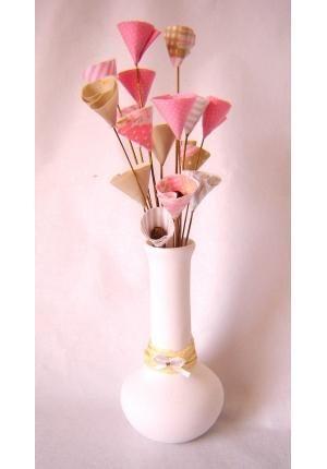 Faça um lindo arranjo de flores de tecido do tipo Copo de Leite e o melhor é que é simples de fazer e não requer costura! - Veja mais em: http://www.vilamulher.com.br/artesanato/passo-a-passo/flores-de-tecido-passo-a-passo-17-1-7886495-20.html?pinterest-destaque