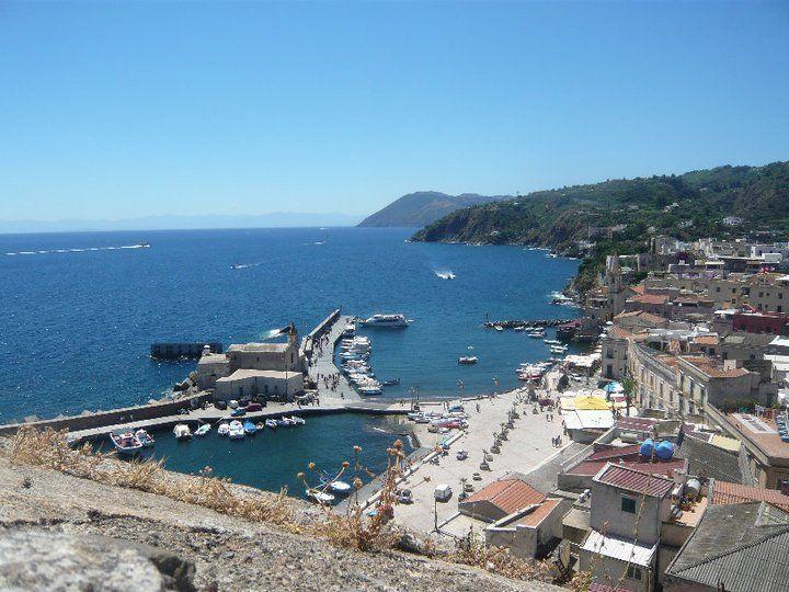 Isola di Lipari: vista dall'alto del Porto di Marina Corta