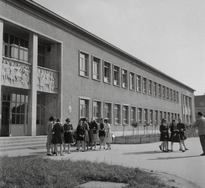 Petőfi liget, Vasvári Pál általános iskola (a domborművek alkotója Marton László, 1954.).