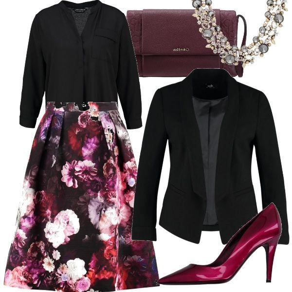 Gonna a fantasia floreale con camicetta e blazer nero accostate a décolleté deep rose e borsa purple in tessuto per un outfit adatto ad un'occasione d'uso formale, all'ufficio o anche ad una cena romantica.