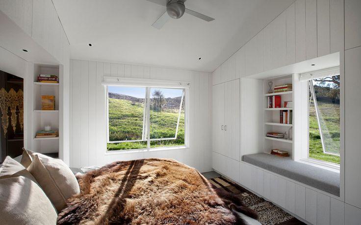 Интерьер спальни в загородном доме с бассейном.