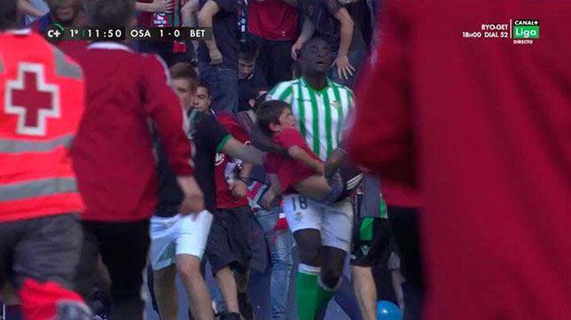 N'diaye, jugador del Real Betis, ayudando a la Cruz Roja a sacar gente herida en el partido que su equipo jugo contra el Osasuna en Pamplona y una grada cedió...