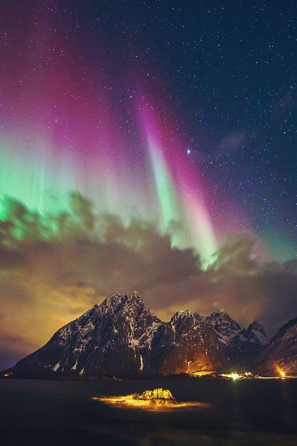 Das Nordlicht über den Lofoten in Norwegen.
