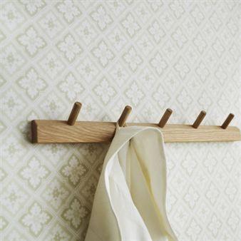 Diese Tapete hat ein klassisches Muster mit einem modernen Touch. Edvin ist in vielen verschiedenen Farbstellungen bestellbar, und stammt aus dem Hause Sandbergs Tyg