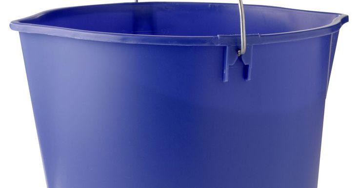 Como pintar baldes de plástico. Se você aplicar uma demão de tinta diretamente em uma balde de plástico, o acabamento rapidamente se descascará. Para evitar esse tipo de problema, melhore a aderência do balde deixando-o áspero através da abrasão. Ao lixar o plástico, você vai criar uma superfície mais rugosa e muito mais adequada para a aderência da tinta. Uma vez que ele ...