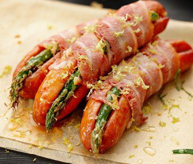 Kabanoss, bacon, sparris och citron – och lite dijonsenap förstås. Gott behöver inte vara svårare än så! Tillaga korvarna i ugnen eller, om vädret tillåter, lägg dem på grillen.