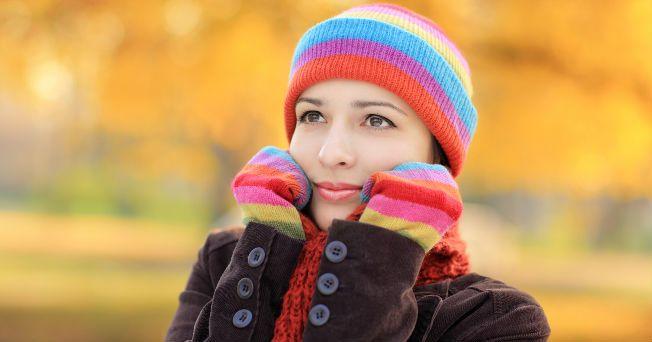 Llegó el frío y con él las enfermedades de las vías respiratorias, por lo que gripe y resfriado están a la orden del día. Es un hecho que durante el invierno somos más propensos a sufrir padecimientos respiratorios, a aumentar de peso y hasta sufrir depresiones y cuadros de estrés. Por eso, aquí te damos 10 consejos para sobrellevar de mejor manera esta temporada. ¡Practícalos! 1. Mantener y reforzar los hábitos de higiene: En invierno, los virus que causan enfermedades respiratorias…