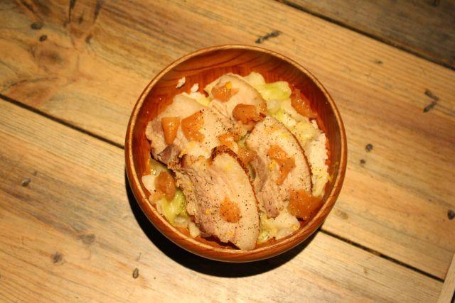 【まかない飯】渋谷の人気ビストロが作る「自家製ベーコンのキャベツ煮丼」レシピ - macaroni