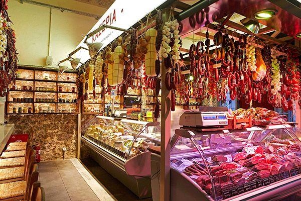 Οι σπεσιαλιτέ: παλαιωμένα τυριά, εκλεκτός παστουρμάς και σουτζούκι ωρίμανσης, για άμεση κατανάλωση ή για το σπίτι.