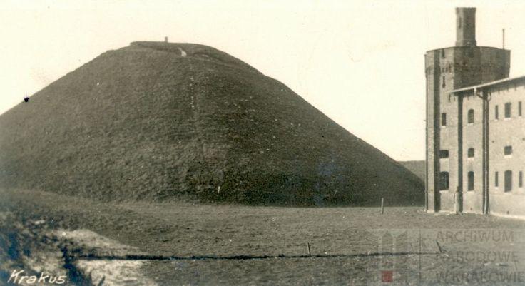 Kopiec Krakusa (po prawej fragment fortu Krakus), 1917 r. Archiwum Narodowe w Krakowie, Zbiór fotograficzny, sygn. A-IV-680